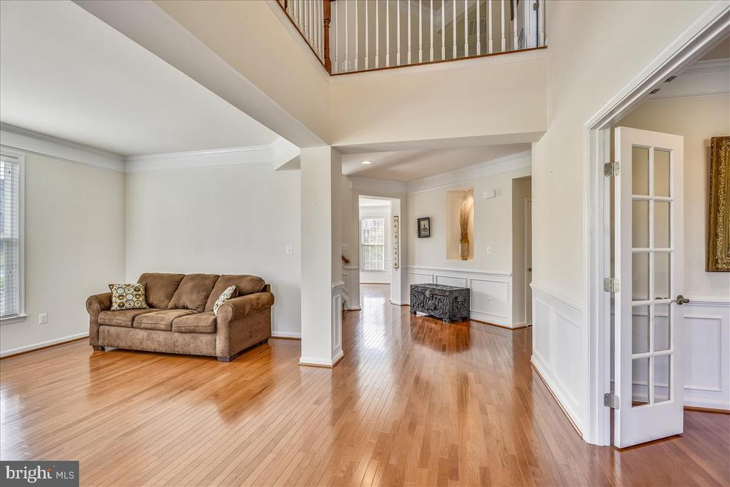 Entry Foyer and Living Room - 21568 BURNT HICKORY CT, BROADLANDS