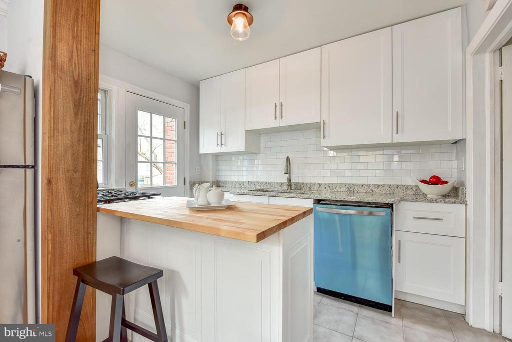 Updated Kitchen, Granite  + Butcher Block Counters - 4833 9TH ST N, ARLINGTON