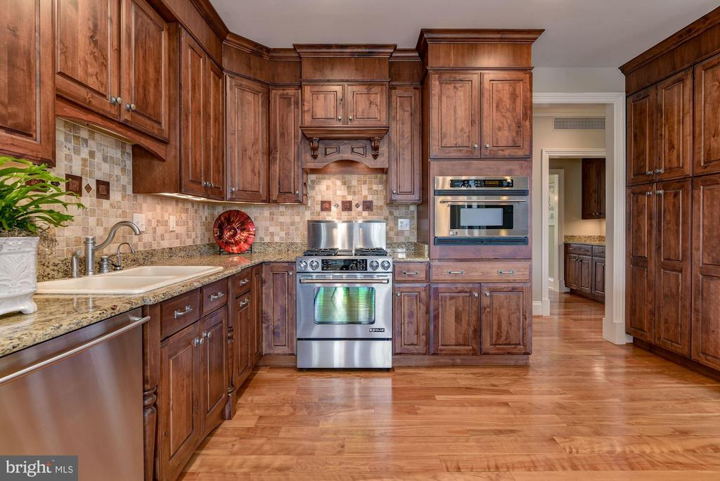 DISCOVER ELEGANCE AT EASE IN THE KITCHEN - 8728 PETE WILES RD, MIDDLETOWN