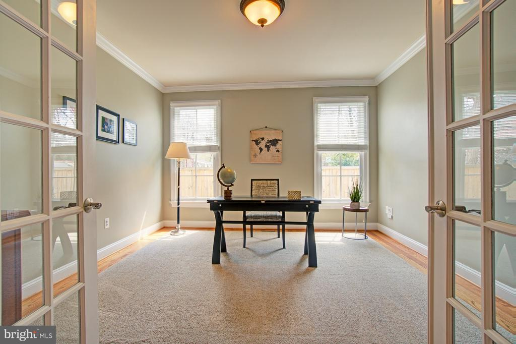 Main level office or perfect toddler playroom - 601 PARK ST SE, VIENNA