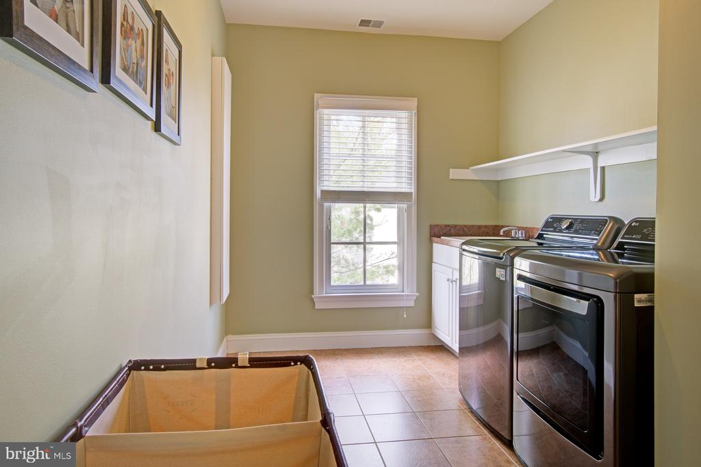 Upper level spacious and light filled laundry room - 601 PARK ST SE, VIENNA