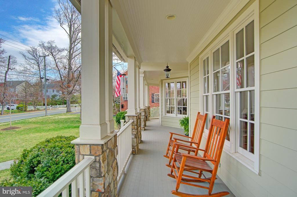 The perfect front porch for morning coffee - 601 PARK ST SE, VIENNA