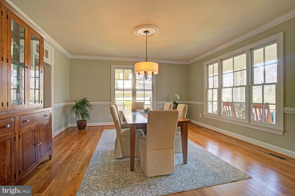 Large dining room w/ door to butlers pantry - 601 PARK ST SE, VIENNA