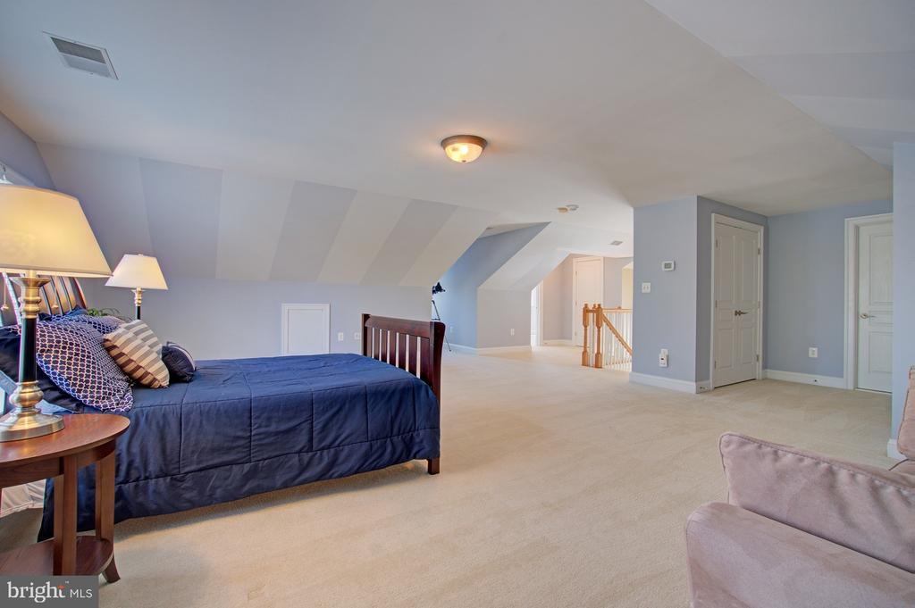 Upper level 2 bonus bedroom #5 w/ full bath - 601 PARK ST SE, VIENNA