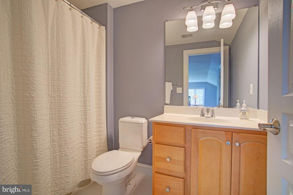Full bath on upper level 2 for bedroom #5 - 601 PARK ST SE, VIENNA