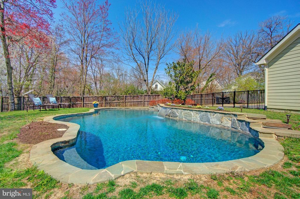 Perfectly sized pool w/ waterfall feature - 601 PARK ST SE, VIENNA