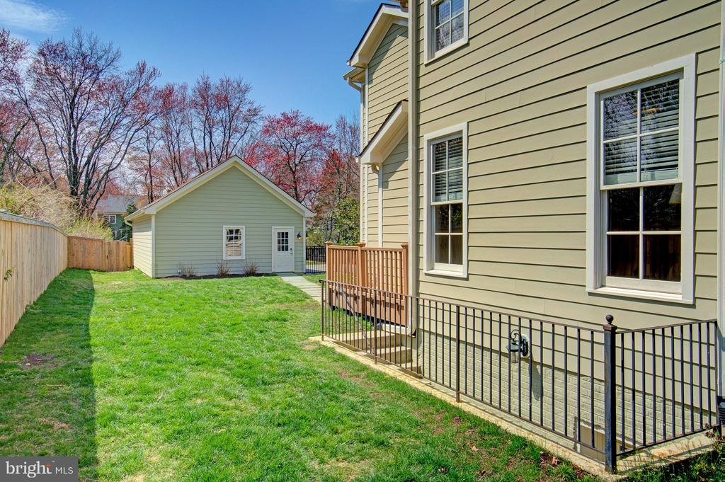 Side yard is fully fenced - 601 PARK ST SE, VIENNA