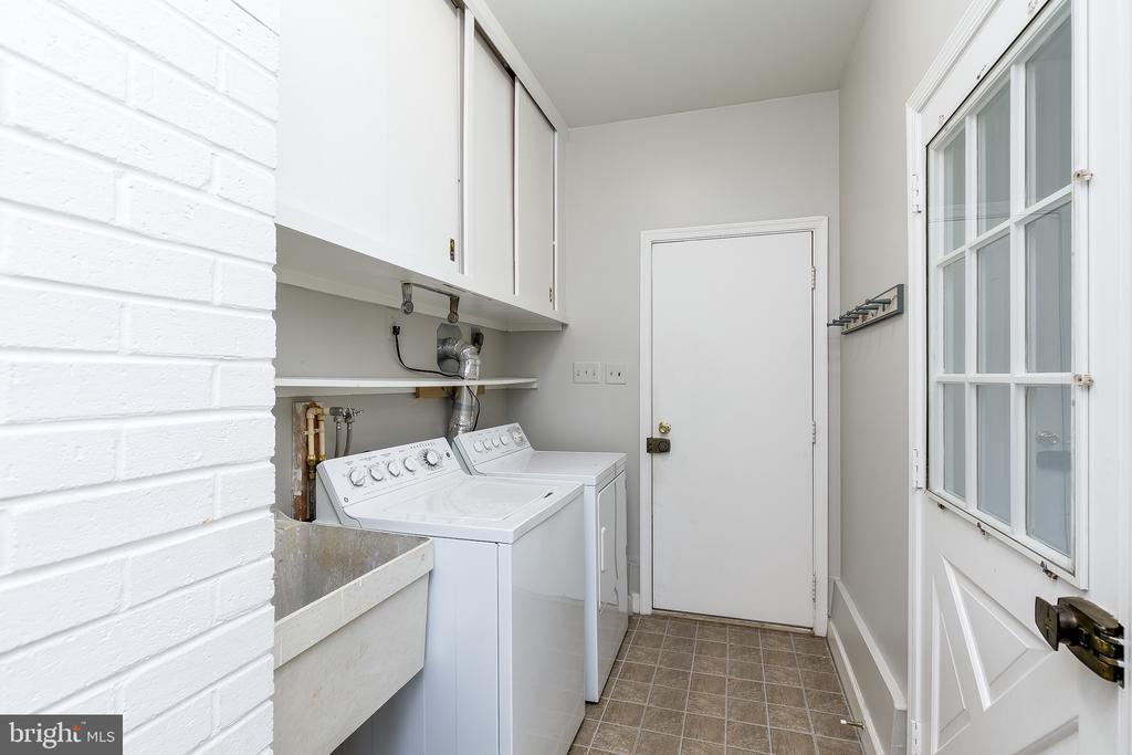Main Level Laundry w/Separate Mudroom - 8619 GEORGETOWN PIKE, MCLEAN