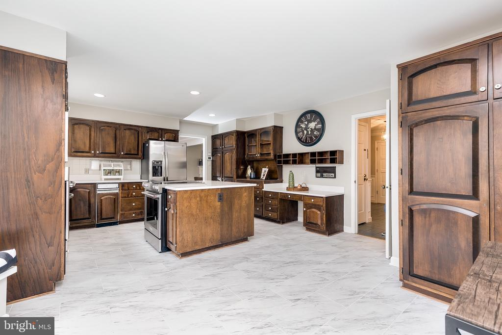 Eat-In Kitchen w/Island, SS Apl. & Quartz Counters - 8619 GEORGETOWN PIKE, MCLEAN