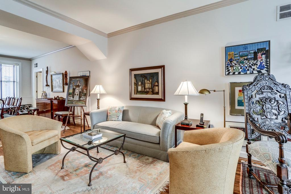 Light-filled living space - 2301 CONNECTICUT AVE NW #1B, WASHINGTON
