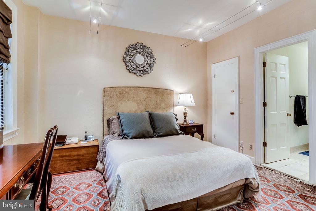Large Master bedroom w/ walk-in closet - 2301 CONNECTICUT AVE NW #1B, WASHINGTON
