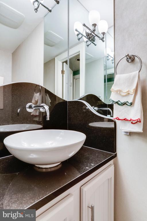 Updated 1/2 bath perfect for guests - 2301 CONNECTICUT AVE NW #1B, WASHINGTON