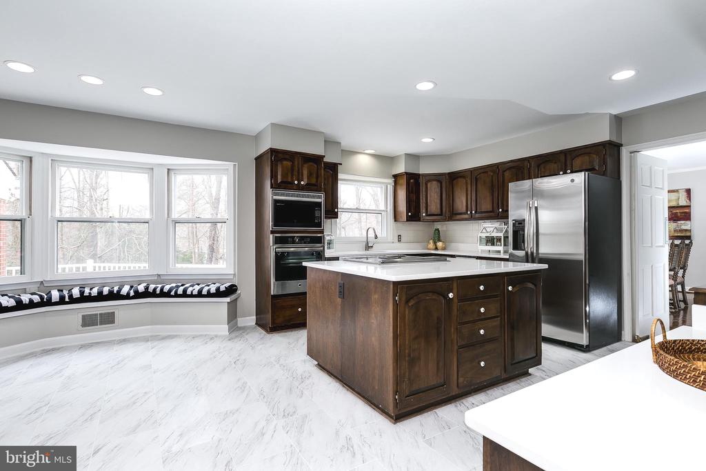 Eat-In Kitchen w/Bay Window & Recessed Lighting - 8619 GEORGETOWN PIKE, MCLEAN