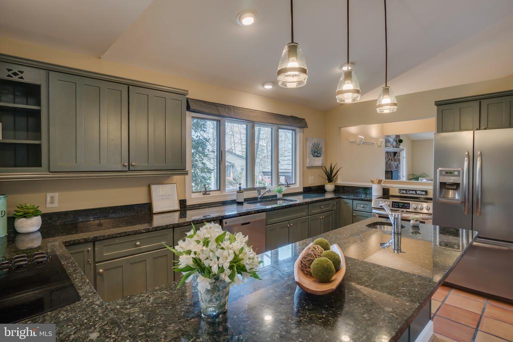 Beautiful Granite Countertops!!! - 232 BEACHSIDE CV, LOCUST GROVE