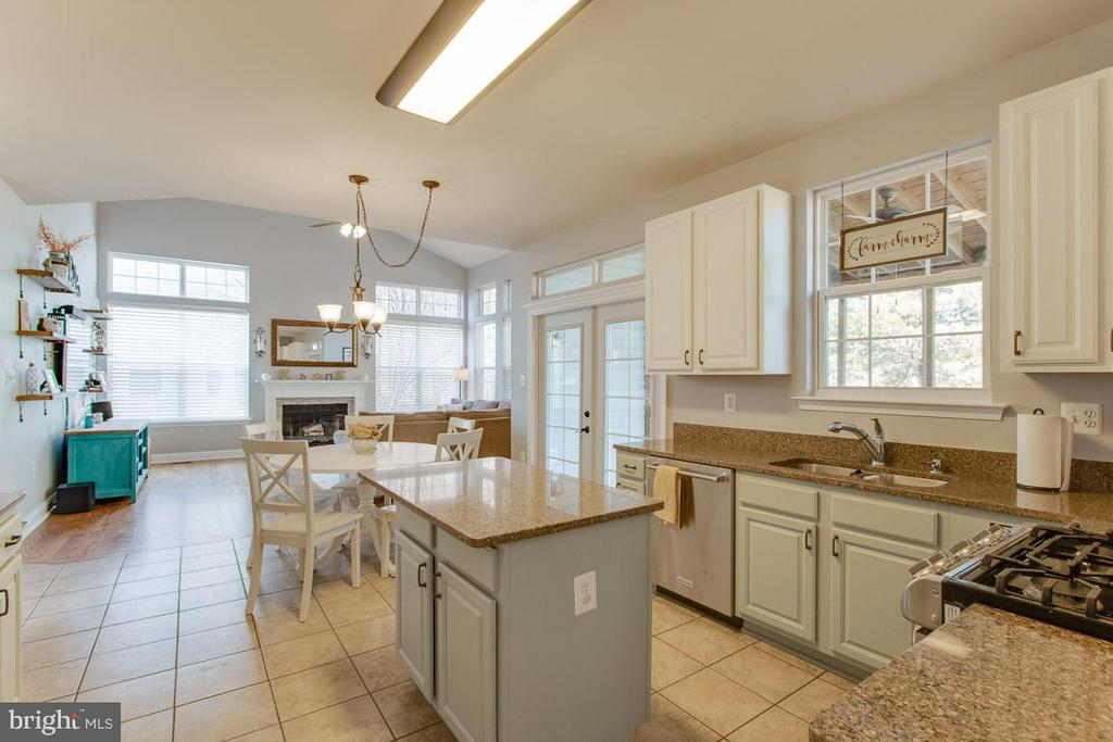 Large Island for Entertaining - 1248 BARKSDALE DR NE, LEESBURG