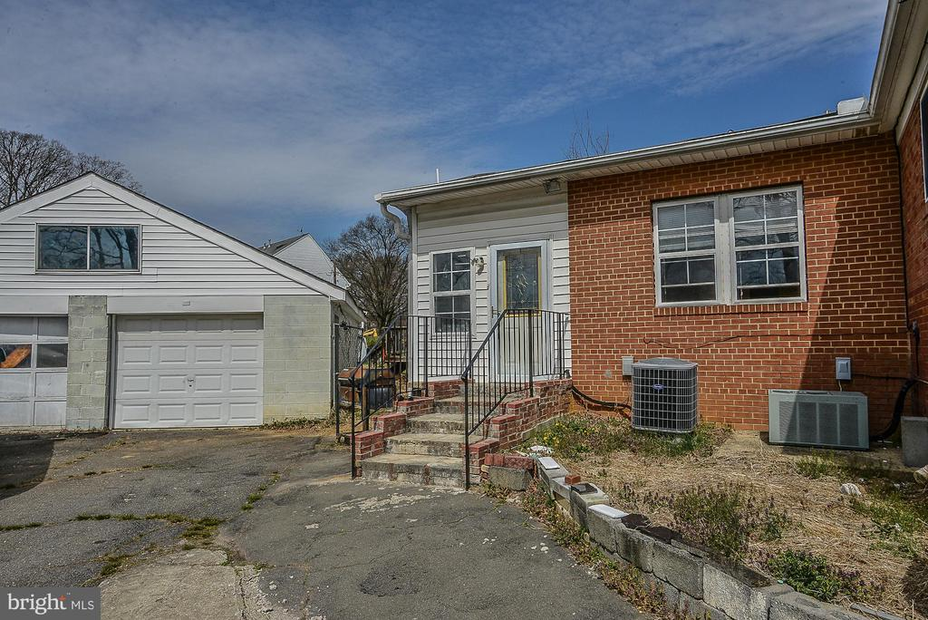 Enormous garage, great for additional storage! - 5232 BACKLICK RD, SPRINGFIELD
