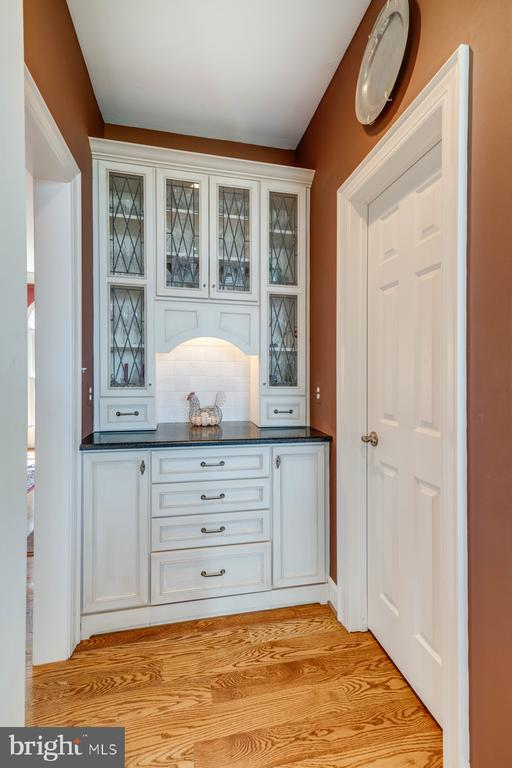 Butler's Pantry and Oversized Walk In Pantry - 41154 GRENATA PRESERVE PL, LEESBURG