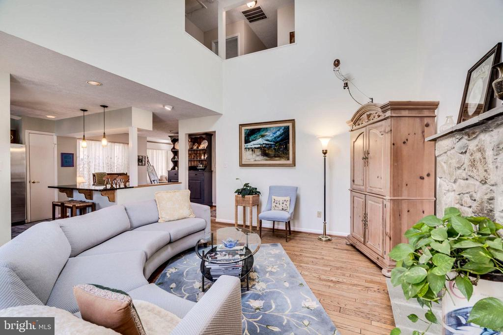 THE warm inviting space you desire - 6109 GLEN OAKS CT, SPRINGFIELD