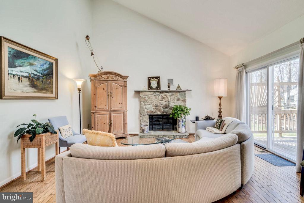 Great Room OPENS to deck has vaulted ceiling & FP - 6109 GLEN OAKS CT, SPRINGFIELD