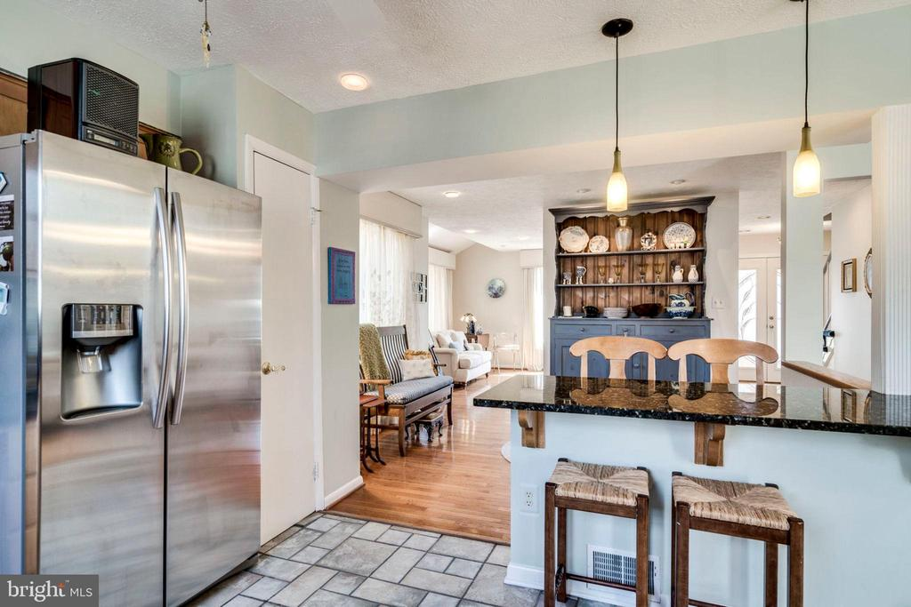 Kitchen OPENS to sitting or dining area - 6109 GLEN OAKS CT, SPRINGFIELD