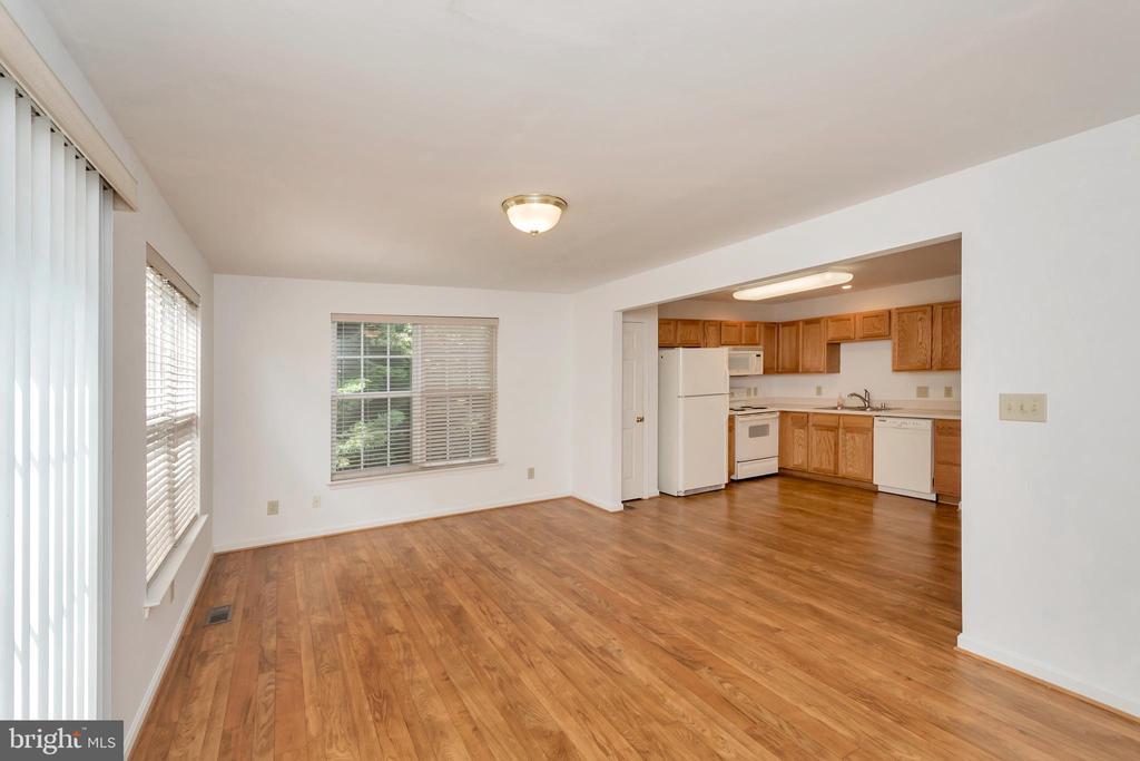 Morning room/sitting room overlooking kitchen - 10019 GANDER CT, FREDERICKSBURG