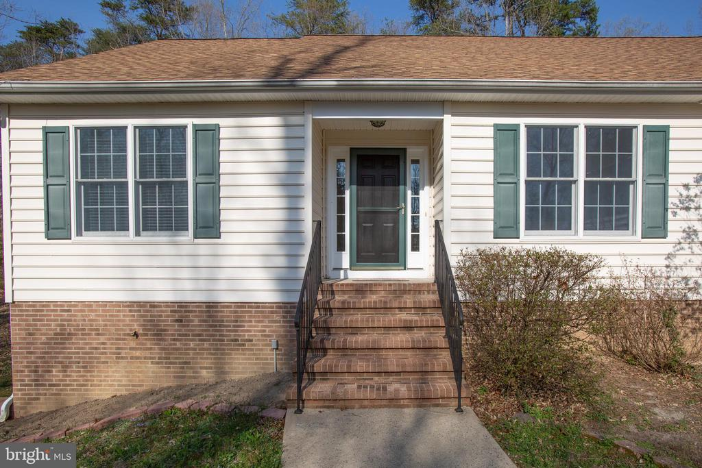 Close up view of front entrance - 7407 BARRISTER CT, SPOTSYLVANIA