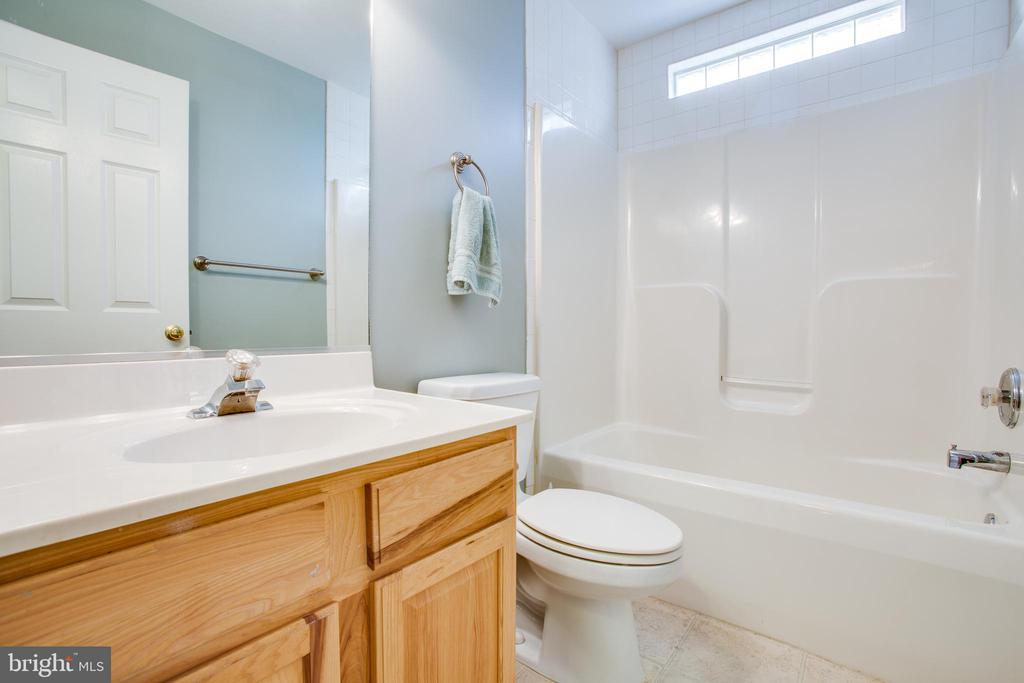 Hall bathroom - 7407 BARRISTER CT, SPOTSYLVANIA