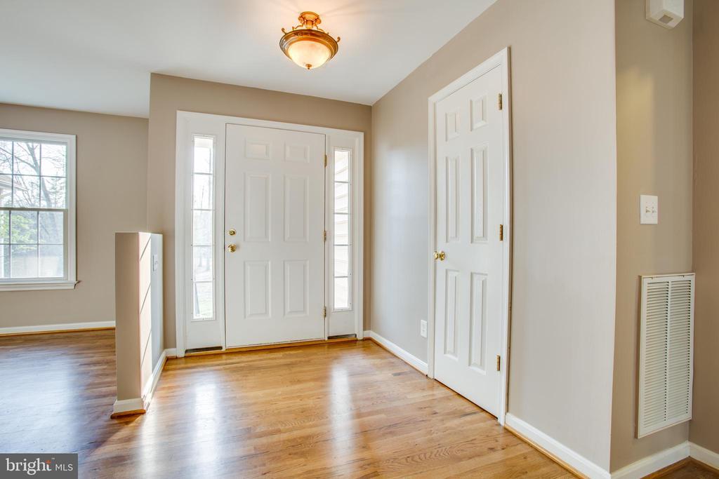 Gleaming hardwood floors in the foyer - 7407 BARRISTER CT, SPOTSYLVANIA