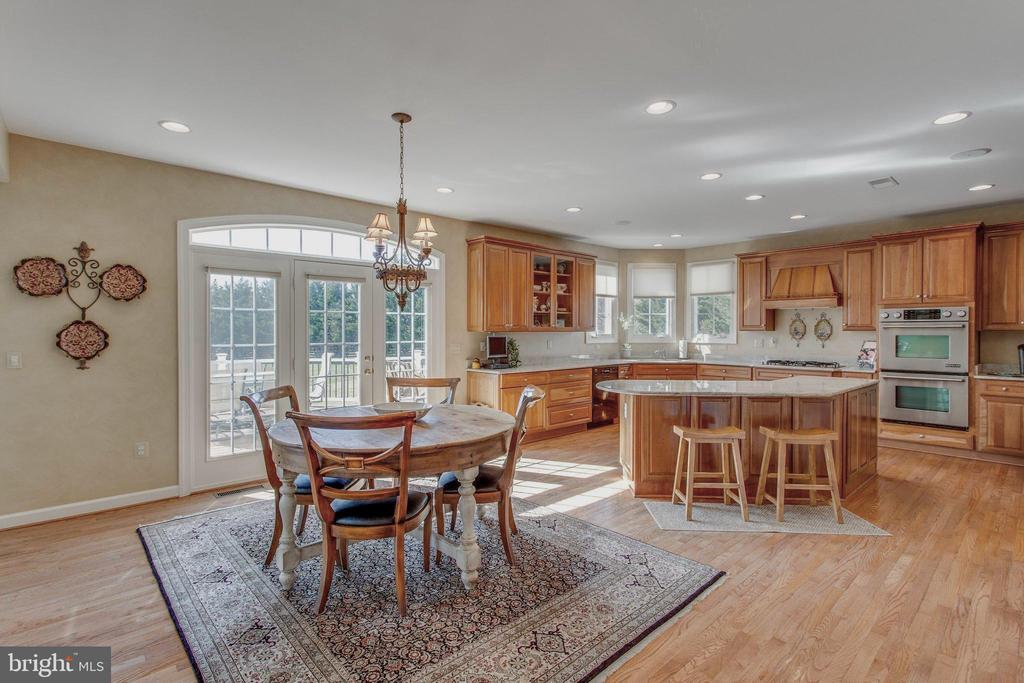 Custom kit with top appliances & cherry cabinets - 40475 SOUSA PL, ALDIE