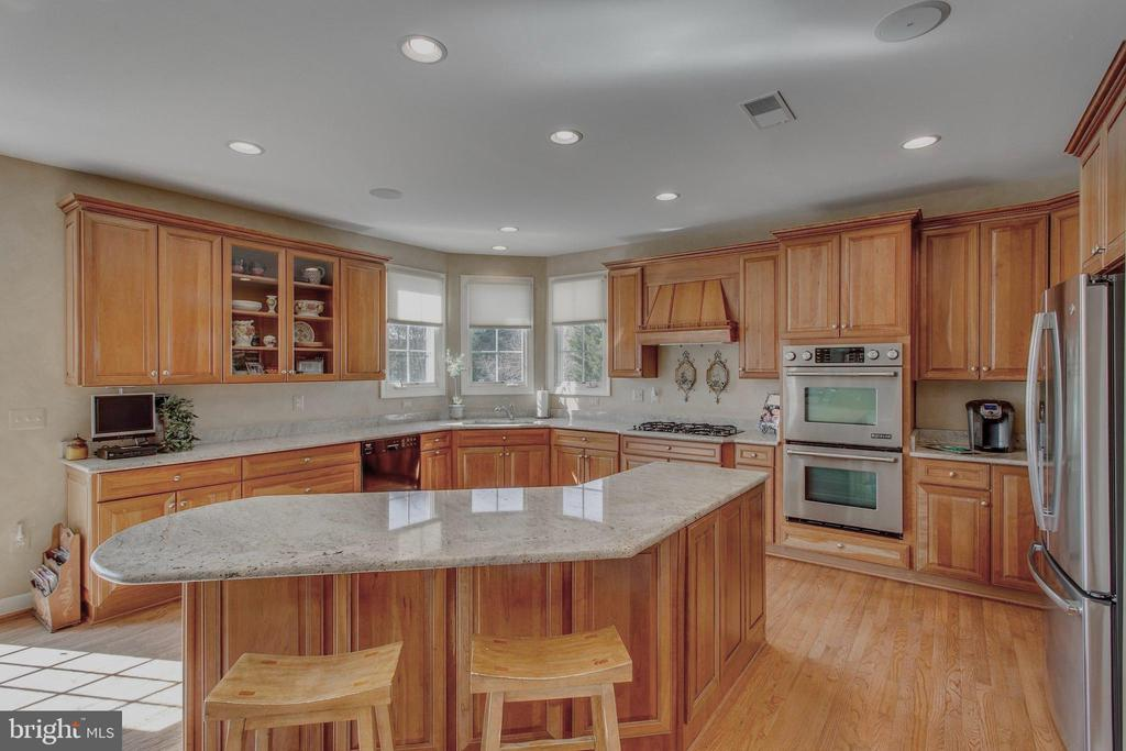 Extra wide cabinets w/upper & lower pullouts - 40475 SOUSA PL, ALDIE