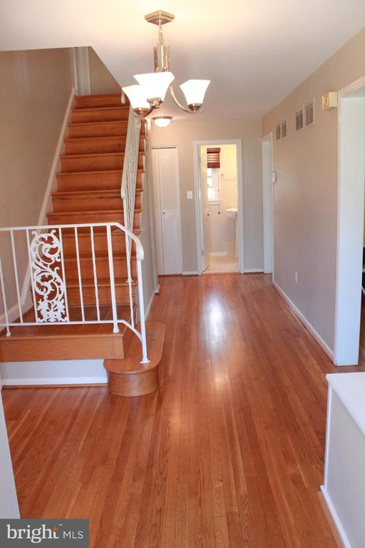 Entry Colonial Hallway - hardwood floors - 9005 CHERRYTREE DR, ALEXANDRIA
