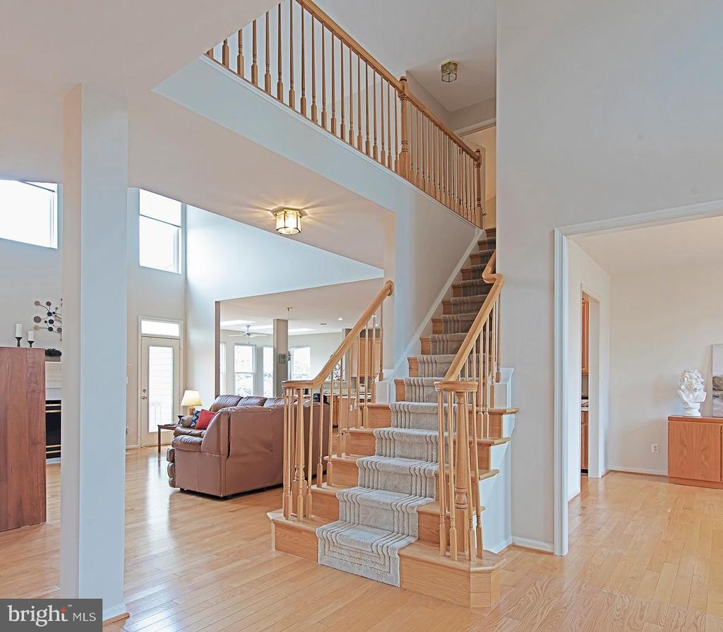 Foyer looking to Family room - 5312 MAPLE VALLEY CT, CENTREVILLE