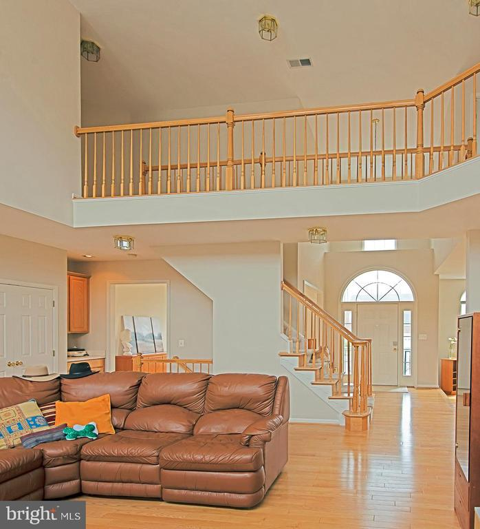 Family room to foyer - 5312 MAPLE VALLEY CT, CENTREVILLE