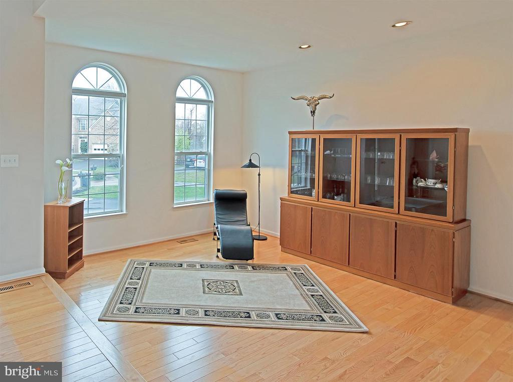 Living room with step down hardwood floors - 5312 MAPLE VALLEY CT, CENTREVILLE