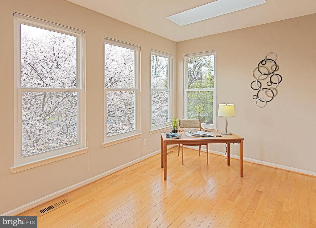 Sunroom Light and bright with Windows, and skyligh - 5312 MAPLE VALLEY CT, CENTREVILLE