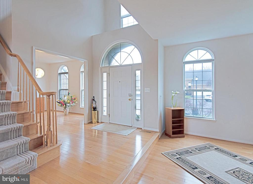 Main level foyer - 5312 MAPLE VALLEY CT, CENTREVILLE