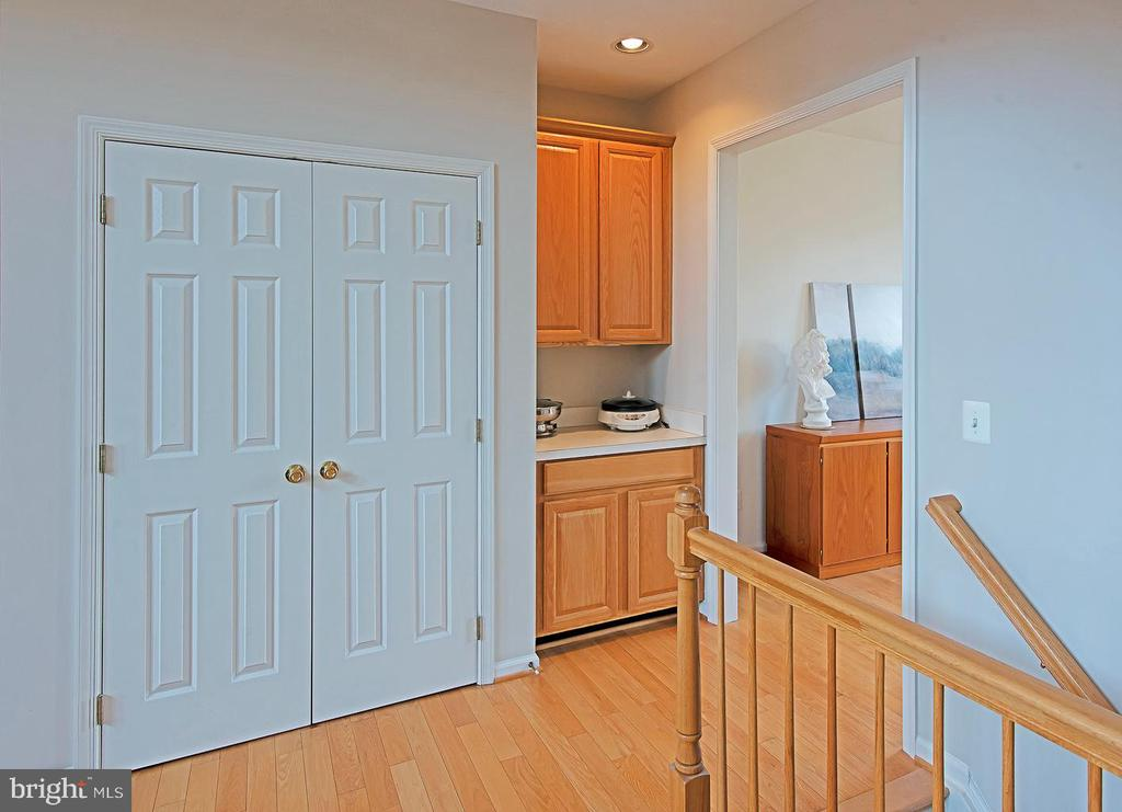Butler pantry - 5312 MAPLE VALLEY CT, CENTREVILLE