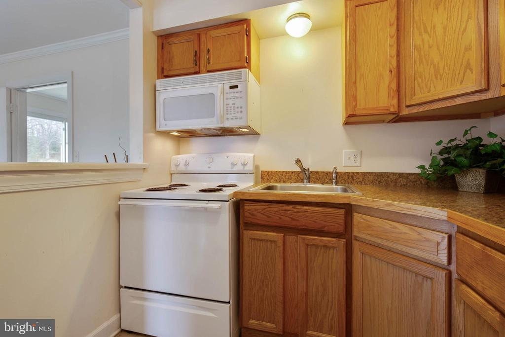 Kitchen w/ built in microwave - 30-40 VINCENT LN, STAFFORD