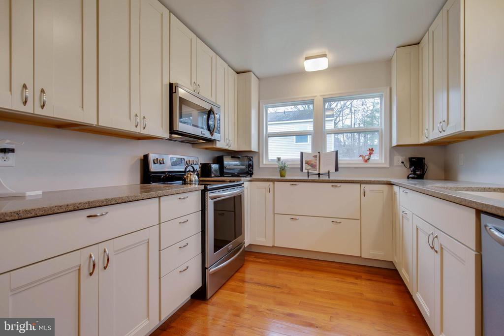 Newly remodeled kitchen w/ quartz countertops - 30-40 VINCENT LN, STAFFORD