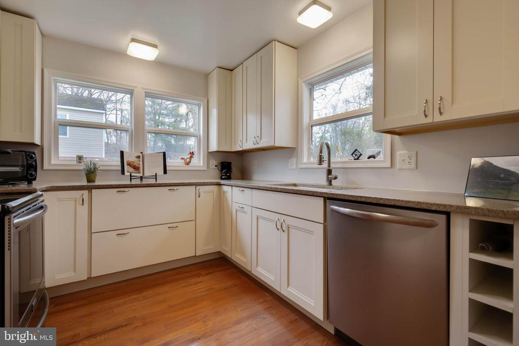 Not one, but THREE windows in the kitchen - 30-40 VINCENT LN, STAFFORD