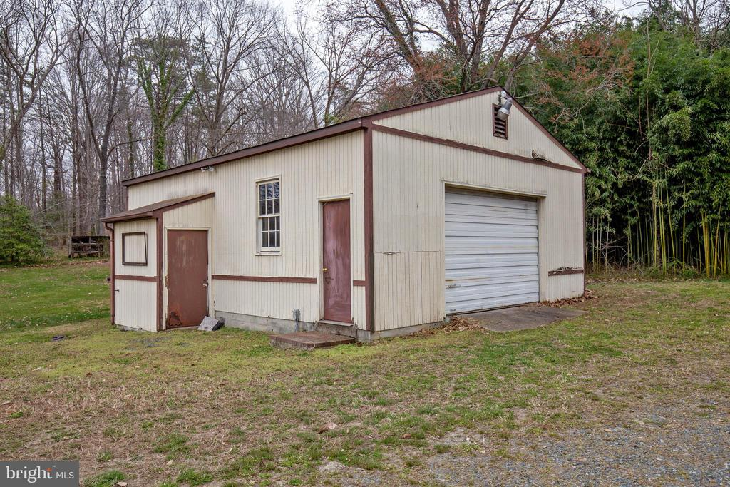 HUGE garage/workshop - 30-40 VINCENT LN, STAFFORD