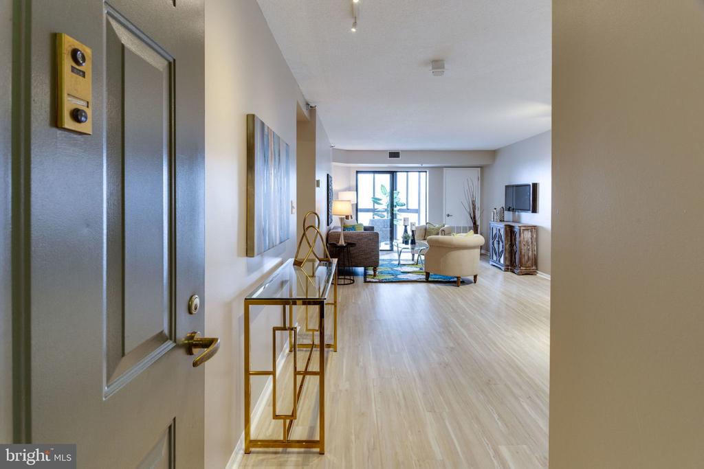 A lovely foyer greets you at the door - 900 N STAFFORD ST N #1608, ARLINGTON
