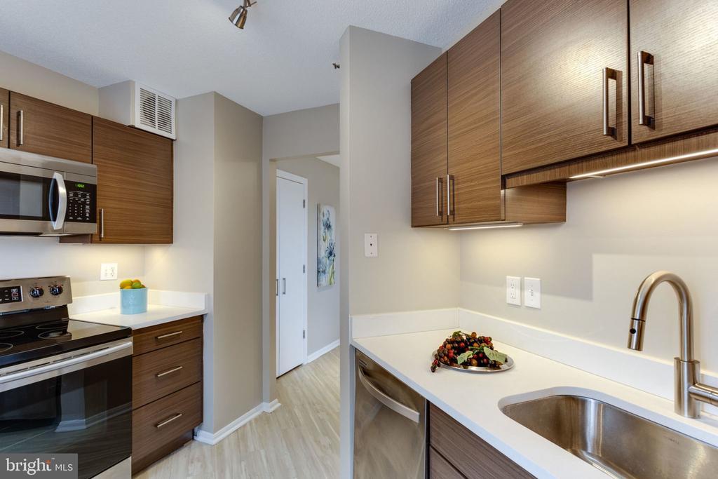 Modern cabinetry and quartz countertops, - 900 N STAFFORD ST N #1608, ARLINGTON
