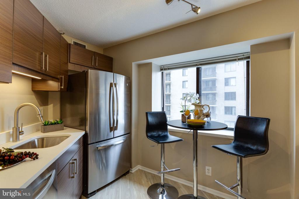 Kitchen with lots of natural light - 900 N STAFFORD ST N #1608, ARLINGTON
