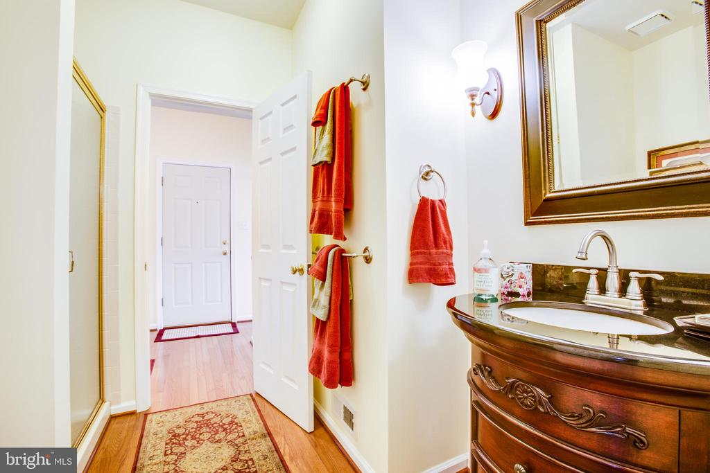 Full main floor bath - 8202 WATERFORD DR, SPOTSYLVANIA