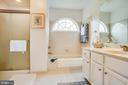 Separate tub and shower - 8202 WATERFORD DR, SPOTSYLVANIA