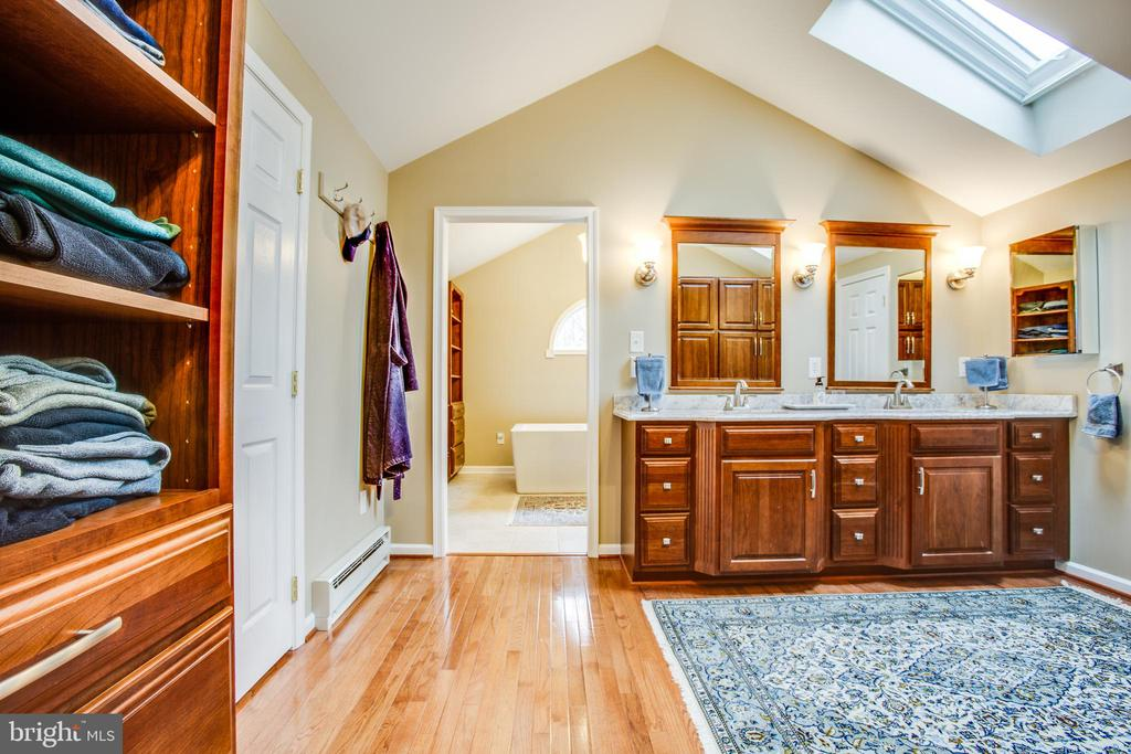 Master bathroom dressing area and sky lights - 8202 WATERFORD DR, SPOTSYLVANIA