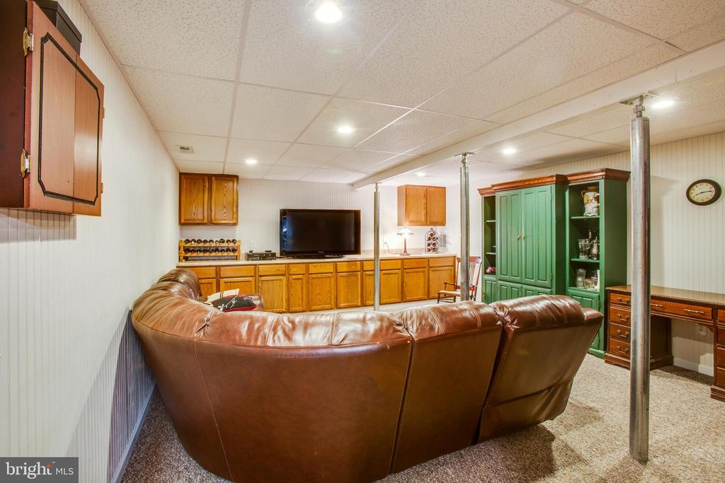 Basement recreation area with bar area - 8202 WATERFORD DR, SPOTSYLVANIA