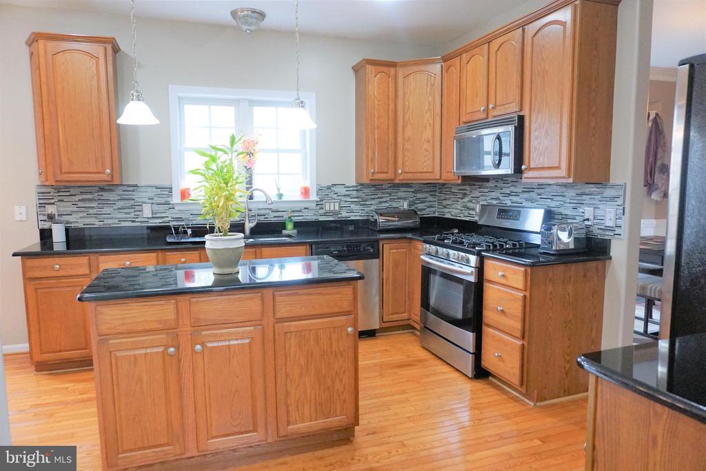 Beautiful upgraded kitchen... - 10212 NAPOLEON ST, FREDERICKSBURG