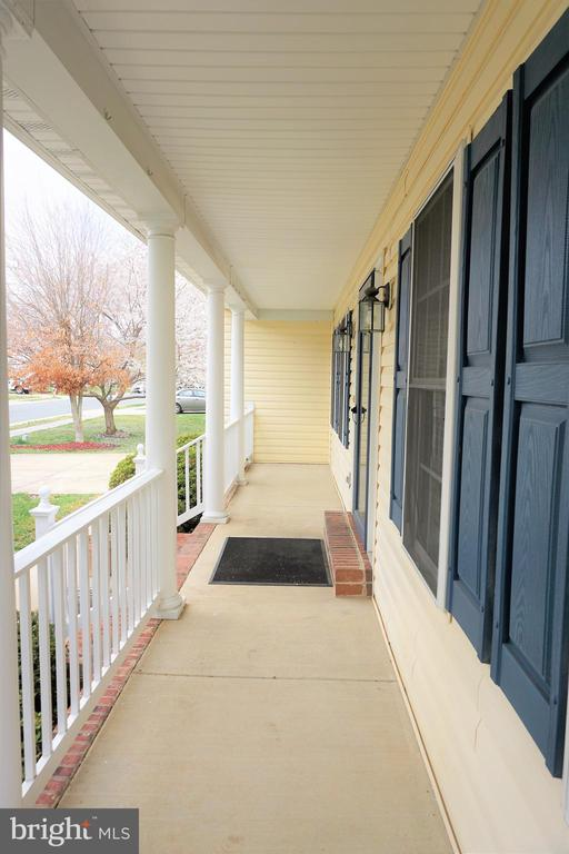 Beautiful full front porch for relaxation - 10212 NAPOLEON ST, FREDERICKSBURG